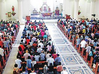 Perayaan Ekaristi bersama para pengungsi dan umat di Katedral Manado.[HIDUP/Lexi Kalesaran]