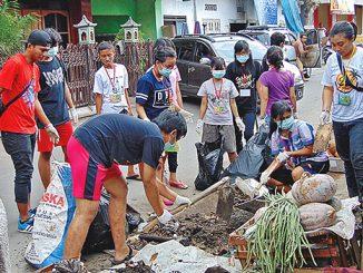 Peserta KEK III tengah membersihkan Pasar Wedi.[HIDUP/L. Sukamta]