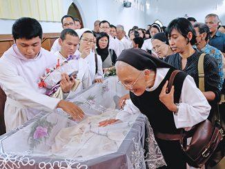 Para pelayat memberikan penghormatan terakhir di hadapan jenazah Romo Frans OCSO.[Dok. Romo Antonius Anjar Daniadi OCSO]