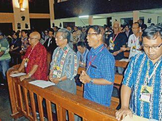 Peserta reuni lintas angkatan Seminari Mertoyudan tengah mengikuti Misa pembukaan di Kapel Seminari Mertoyudan.[HIDUP/H. Bambang S.]