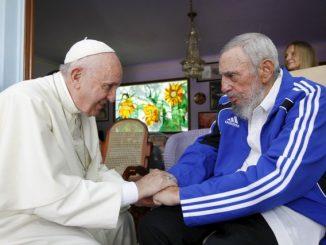 Paus Fransiskus saat bertemu Fidel Castro. (Radio Vatikan)
