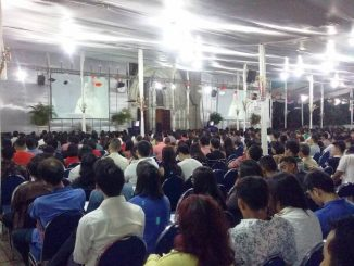 Umat mengikuti misa Natal Malam di Katedral Jakarta