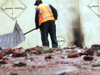 Seorang memeriksa puing-puing bangunan bangunan yang dirusak di pemukiman Kristen Koptik, Mesir (heraldmalaysia.com)