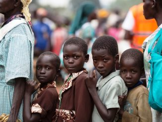 Pengungsi Sudan selatan menunggu untuk didaftarkan pada titik pengumpulan di Elego, Uganda. (unhcr.org)