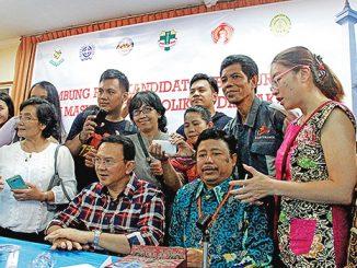 Basuki Tjahaja Purnama bersama dengan peserta sambungrasa usai pemaparan materi.[HIDUP/Edward Wirawan]