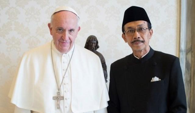 Antonius Agus Sriyono saat foto bersama Paus Fransiskus. (Sumber: en.radiovaticana.va)