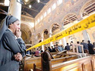 Seorang biarawati sedang berdoa di Kapel Kristen Koptik St Petrus, Kairo seusai bom terjadi. (Mezo.me)