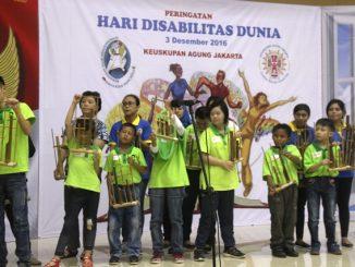 Pementasan kesenian angklung oleh peserta Peringatan Hari Disabilitas Dunia di Paroki Kramat (HIDUP/Antonius E Sugiyanto)