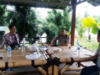 Kepala Kepolisian Sektor (Kapolsek) Cipondoh Kompol Bayu Suseno (tengah) sedang berbicara dengan dua perwakilan Pengurus Gereja St Bernadet. (Dok. www.tribratanews.com)