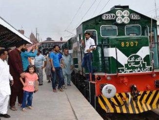 Orang-orang menyaksikan kereta api khusus yang melambangkan persatuan bangsa pada 21 Agustus 2016. (Ucanews.com)