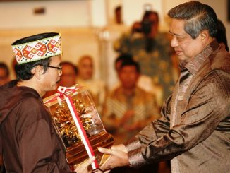 Mgr Samuel Oton Sidin menerima Kalpataru dari Presiden SBY