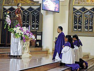 Pastor Paul Alilyaman Kalkoy memimpin Novena di depan patung St Fransiskus Xaverius.[Dok. Katedral Ambon]