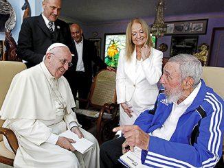 Paus Fransiskus dalam sebuah pertemuan pribadi dengan Fidel Castro.[Slate.com]