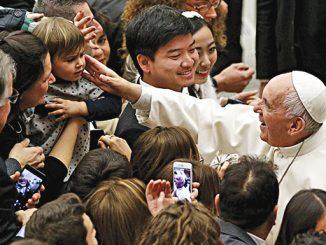 Paus Fransiskus memberkati umat usai audiensi umum di aula Paulus VI Vatikan.[catholicphilly.com]