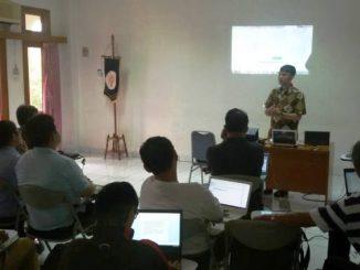 Instruktur Pelatihan dari Komsos KAJ, Maurits Rakadewa sedang memaparkan materi. (HIDUP/A. Nendro Saputro)