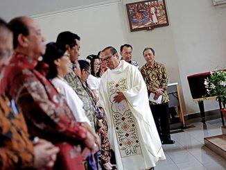 Mgr Suharyo menyalami pengurus baru Perhimpunan Vincentius Jakarta.[HIDUP/A.Aditya Mahendra]