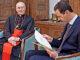 Presiden Bashar al-Assad membaca surat dari Paus Fransiskus yang dibawa Kardinal Mario Zenari.[theguardian.com]