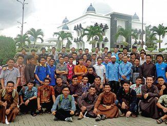 Para frater bersama anggota Pondok Pesantren Al-Barokah.[Fr. Nicolaus Heru Andrianto]