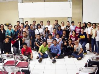 Para peserta Workshop News Writing & Photography foto bersama tiga narasumber. (Dok. Panitia)