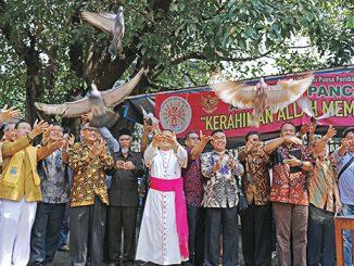 Mgr Suharyo dan para tokoh agama melepas burung merpati sebagai simbol kerukunan Jakarta.[HIDUP/Maria Pertiwi]
