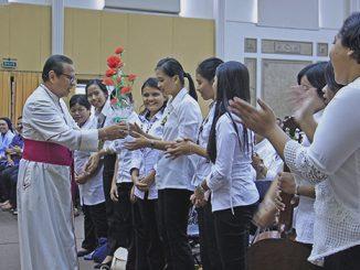 Mgr Suharyo memberikan bunga kepada karyawan Pondok Si Boncel yang memenangi lomba yel-yel.[HIDUP/Edward Wirawan]