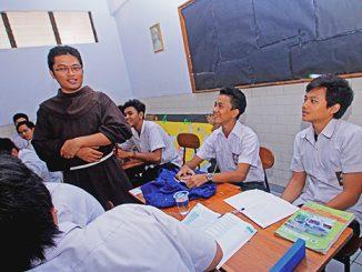 Seorang frater berbincang dengan para siswa SMA Marsudirini.[HIDUP/A. Aditya Mahendra]