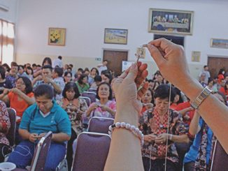 Panitia pelatihan memberi contoh cara membuat simpul Rosario kepada peserta.[HIDUP/Stefanus P. Elu]