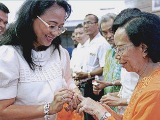 Maria Ratnaningsih memberikan cincin emas kepada seorang dosen Unika Atma Jaya[HIDUP/Yanuari Marwanto]