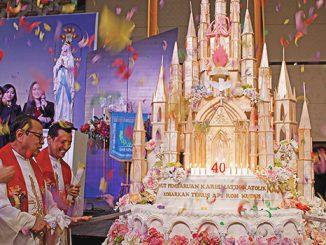 Mgr Suharyo memotong kue ulang tahun PKK KAJ ke-40.[HIDUP/Stefanus P. Elu]