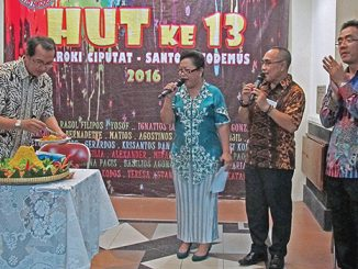 Romo Yus Norong memotong tumpeng sebagai syukur ulang tahun Paroki Ciputat.[HIDUP/Marchella A. Vieba]