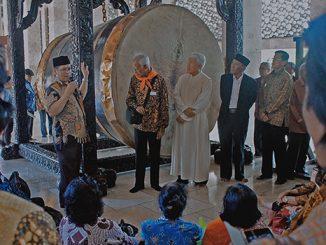 Abu Hurairah (paling kiri, berpeci) memberikan penjelasan tentang bedug raksasa kepada rombongan umat lansia KAJ yang mengunjungi Masjid Istiqlal.[HIDUP/Yanuari Marwanto]