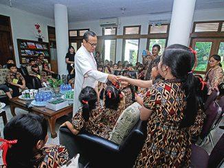 Mgr Ignatius Suharyo bersalaman dengan anak-anak.[HIDUP/A. Aditya Mahendra]