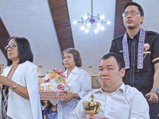 Umat berkebutuhan khusus mengantar persembahan dalam Misa.[HIDUP/Marchella A. Vieba]