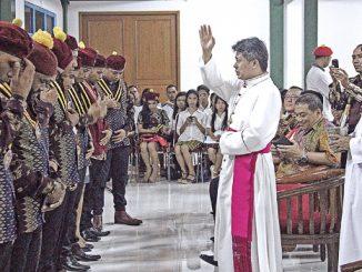 Mgr Anton memberkati Pengurus Pusat PMKRI 2016-2018.[HIDUP/Edward Wirawan]