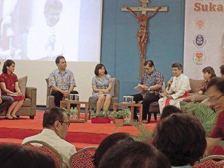Mgr Anton Subianto memberikan katekese keluarga Katolik sebagai sukacita Injil.[HIDUP/Stefanus P. Elu]