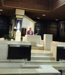 Romo Yustinus Dwi Karyanto saat mempersembahkan misa perdamaian untuk Indonesia bersama peziarah di Kapel Penampakan,  Fatima, Portugal, Selasa, 29/11. (Dok. Pribadi)