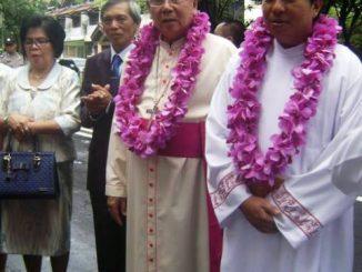Pastor Rikardo Senduk bersama Mgr Joseph Suwatan dan kedua orangtuanya-dok pribadi.