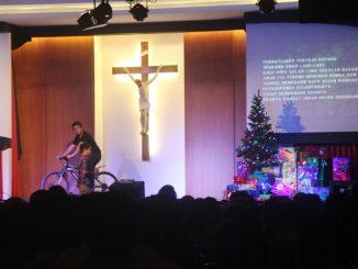 Drama kisah perjupaan Romo Felix dan seorang anak saat Natalan bersama di Paroki Kosambi (Antonius E. Sugiyanto)