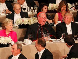 Hillary Clinton, Kardinal Timothy Dolan dan presiden Donald Trump saat acara 71 tahun Alfred E.Smith Foundation. (CNS)