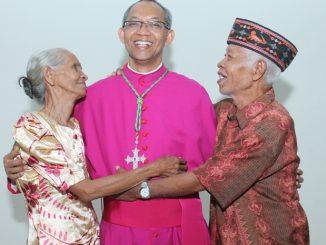 Mgr Paskalis Bruno Syukur OFM bersama ibu Hilaria dan Bapak Yohanes/Yanuari Marwanto