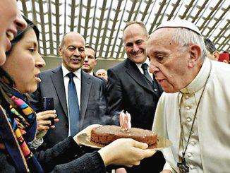 Paus Fransiskus meniup lilin kue ulang tahun ke-80.[LOsservatore Romano]