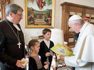 Paus Fransiskus menyapa Uskup Lutheran Kaarlo Kalliali dan cucunya.[L'Osservatore Romano]