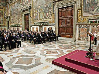 Paus Fransiskus menyapa para diplomat dan duta besar negara-negara sahabat Vatikan.[religionnews.com]