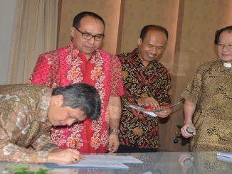 Mgr Anton sedang menantangani berita acara serah terima jabatan sekretaris eksekutif KWI. ( JOHN L. WUJON)