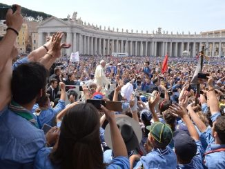 Para peziarah di Vatikan (Source: National Catholic Reporter)