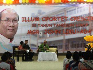 Mgr Johannes Liku Ada' menceritakan pengalamannya saat masih di Seminari St Petrus Claver di hadapan para Seminaris St Petrus Claver Makassar. [HIDUP/Steve Elu]