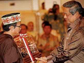 Romo Samuel Oton Sidin menerima Kalpataru dari Presiden SBY[Dok. HIDUP]
