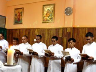 Tujuh diakon Keuskupan Agung Makassar mengikrarkan Janji Selibat. [HIDUP/Steve Elu]