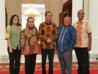 Beberapa Alumni Kelompok Cipayung foto bersama Presiden Joko Widodo. (Ist)