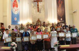 Para perintis Paroki Pasar Minggu bersama Mgr Ignatius Suharyo. (HIDUP/Edward Wirawan)